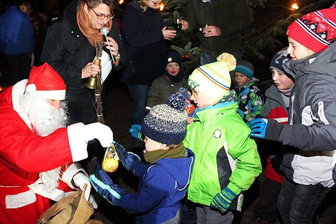 Der Nikolaus (Rico Seidel) hatte, unte...nder genügend Süßigkeiten mitgebracht.  | Foto: Reinhard Cremer
