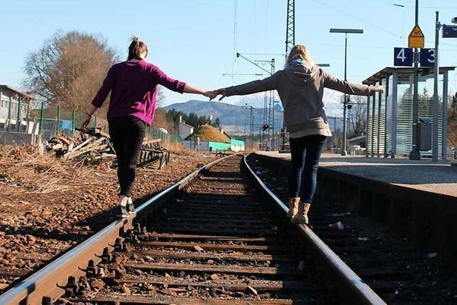 Für ein Selfie: Kinder ignorieren oft die Gefahren von Bahngleisen