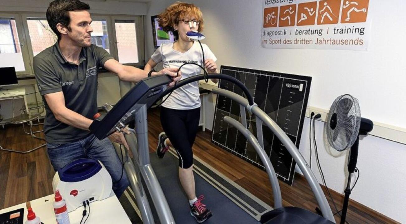 Leistungsdiagnose auf dem Laufband: La...Thomas Klingenberger und Kathrin Blum   | Foto: Thomas Kunz
