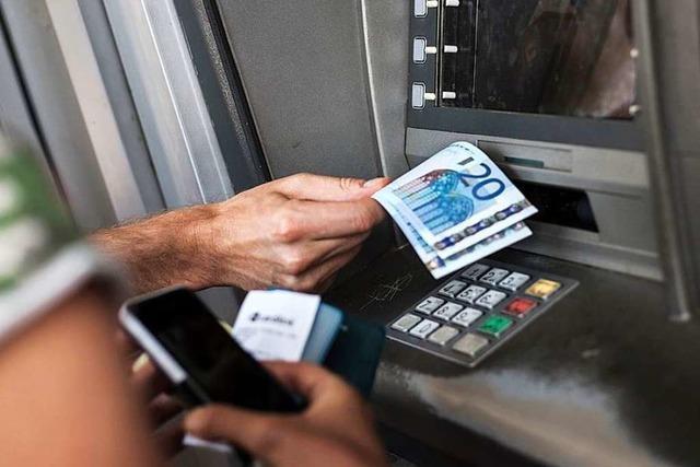 Frau am Automaten vergisst 200 Euro - und bekommt sie wieder