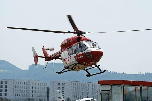 Mann stürzt vom Dach seines Hauses und verletzt sich schwer