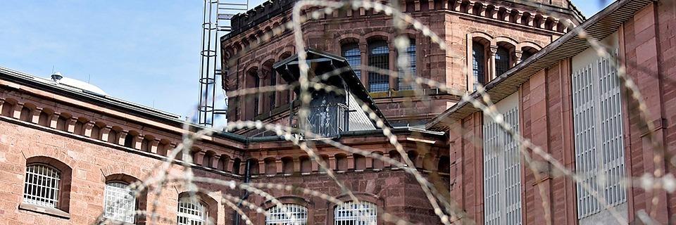 Zu wenig Personal im Knast - Häftlinge müssen mittags in ihre Zellen