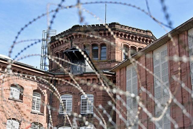 Zu wenig Personal: Häftlinge müssen mittags in ihre Zellen