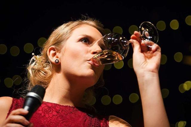 Weinkönigin genießt Glühwein nur mit Vorsicht