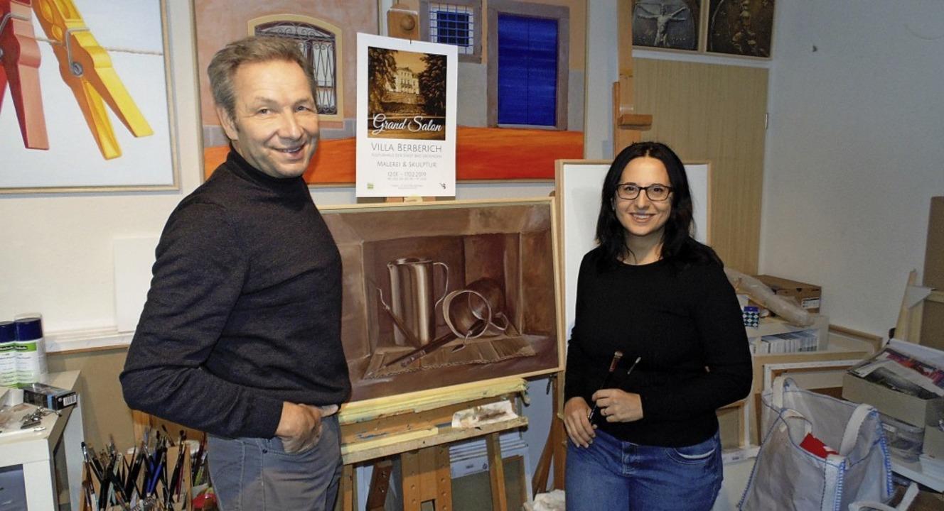 Frank von Düsterloh und Elena Romanzin bereiten den fünften Grand Salon vor.    | Foto: Michael Gottstein