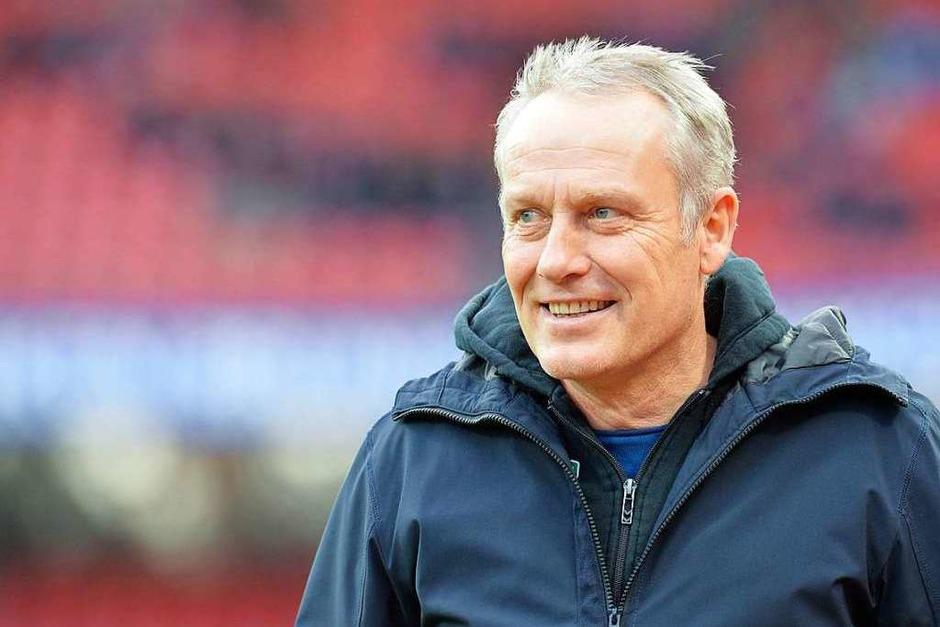 Christian Streich weiß es scheinbar schon vor dem Spiel: Der SC Freiburg gewinnt am 17. Spieltag gegen Nürnberg. (Foto: dpa)
