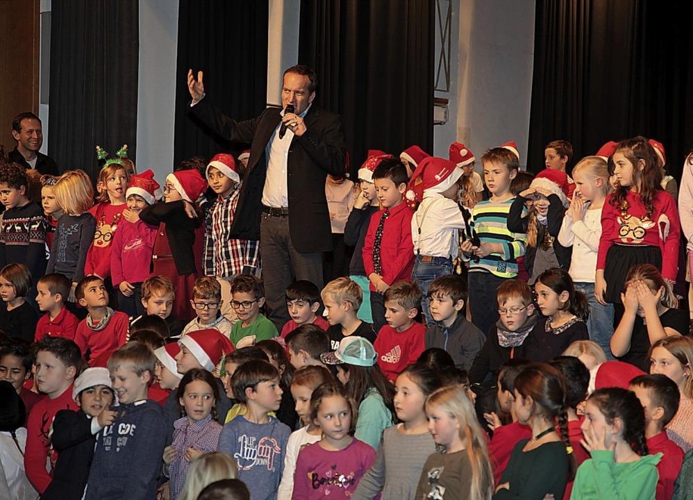 Rektor Marc Jooss bedankte sich bei al...r Weihnachtsfeier an der Grundschule.   | Foto: Schule