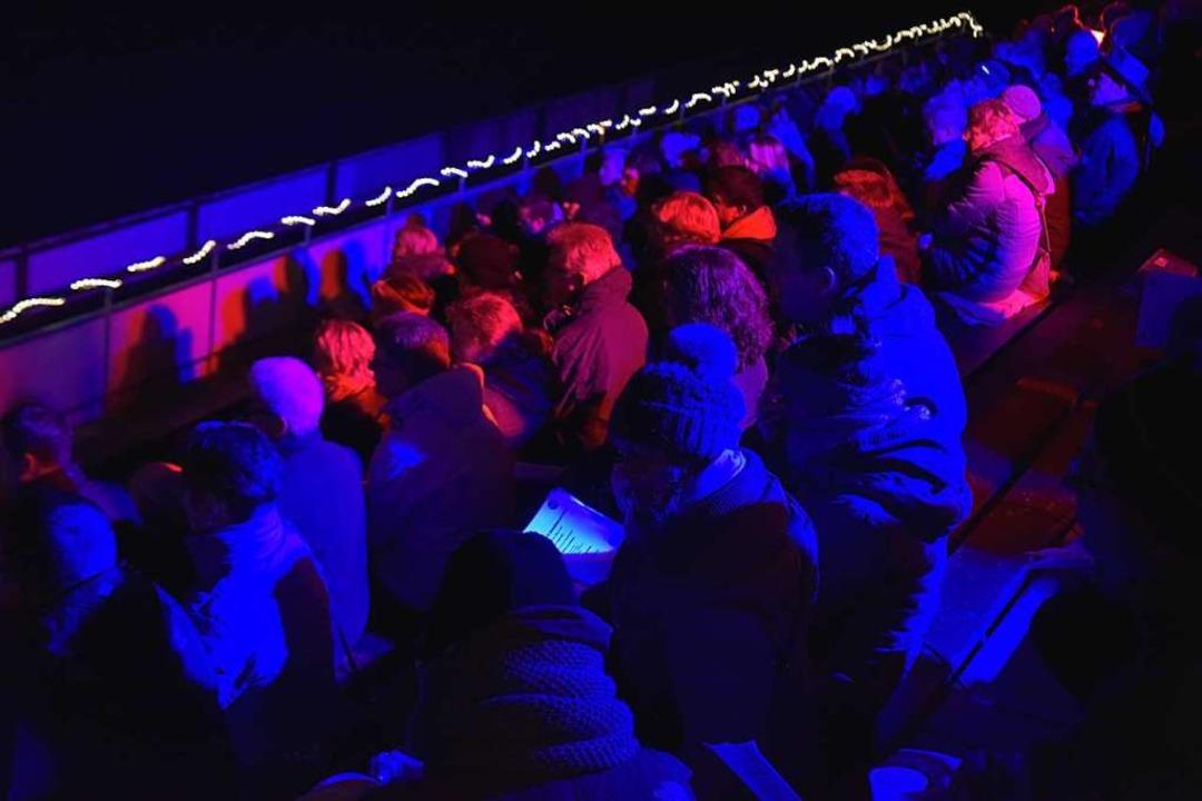 Gut gefüllt war die FCE-Tribüne bei der Premiere des Adventssingens.  | Foto: Benedikt Sommer