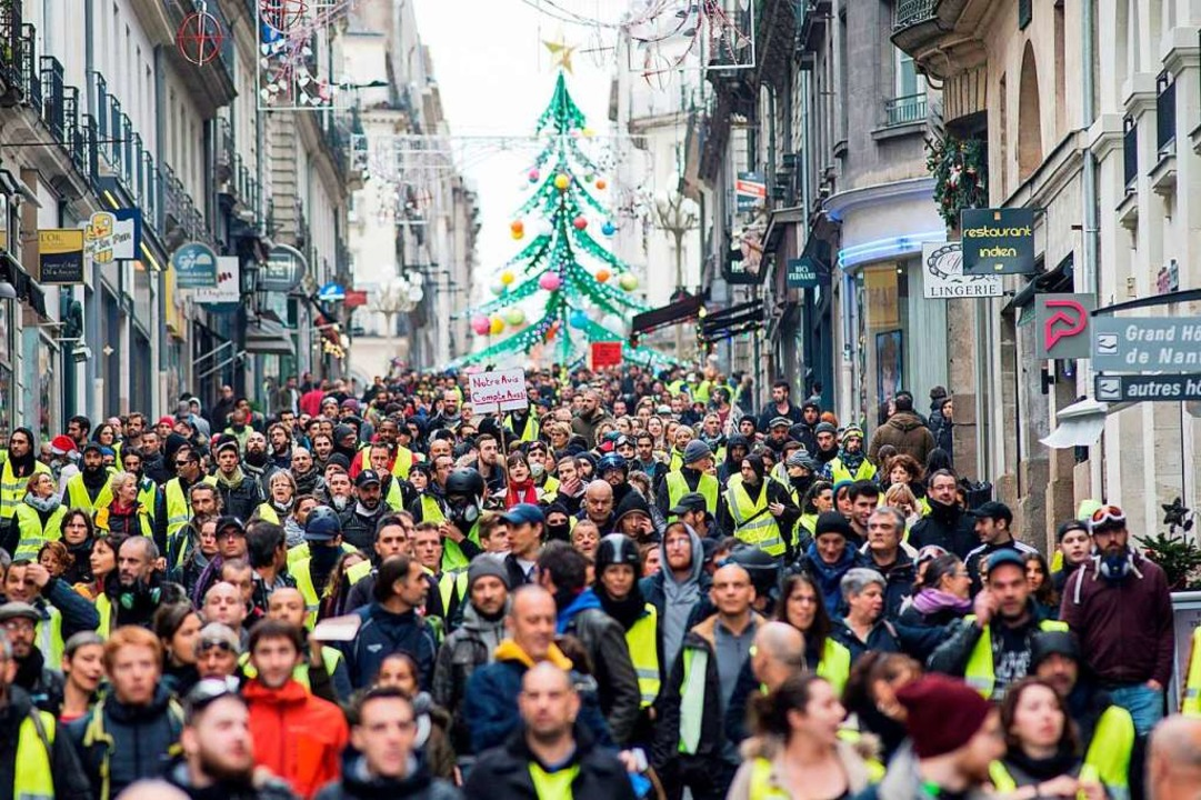 Die Gilets jaunes bei einer Demonstration in Nantes.  | Foto: AFP