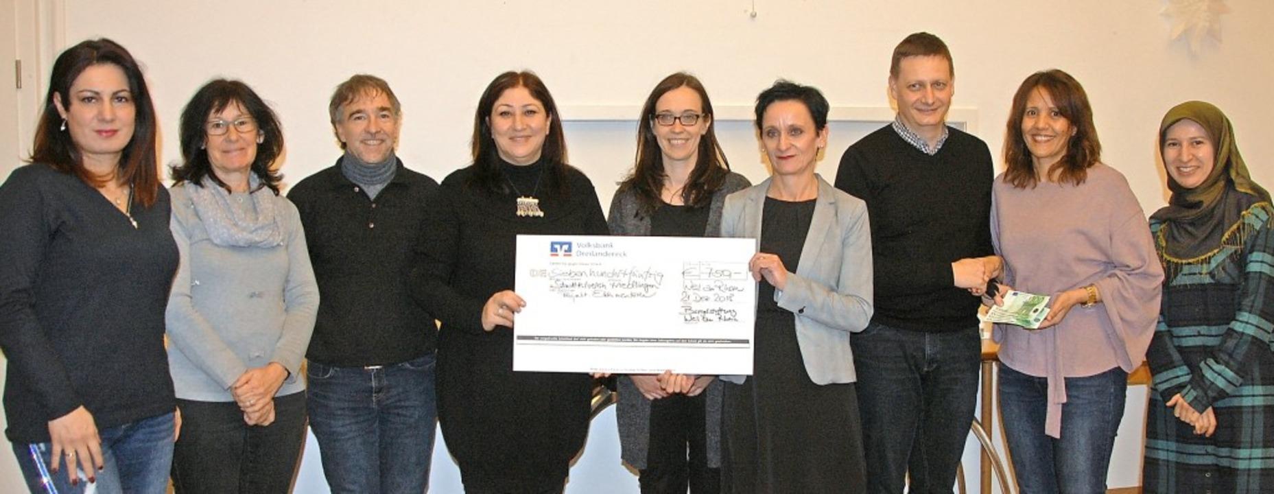 Über die Spenden von Bürgerstiftung un...nssouri und Emine Akkaya (von links).   | Foto: Frey