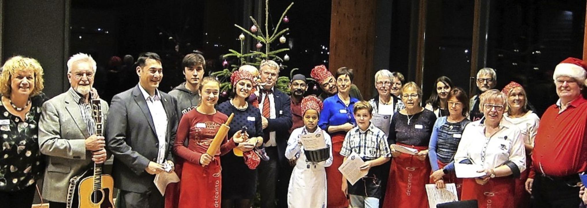 Gäste, Helfer und Bürgermeister sangen vorm Weihnachtsbaum gemeinsam Lieder.     Foto: Privat