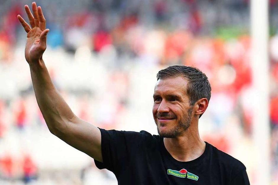 Einer der Momente 2018: Der langjährige SC-Kapitän Julian Schuster verabschiedet sich nach dem letzten Heimspiel im Sommer von den Fans. Er beendete seine Karriere. (Foto: dpa)