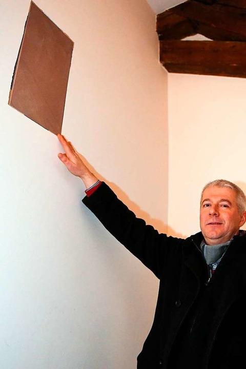 In der Wand im Klostermuseum wird die ...germeister Manfred Kreutz zeigt darauf    Foto: Wolfgang Scheu