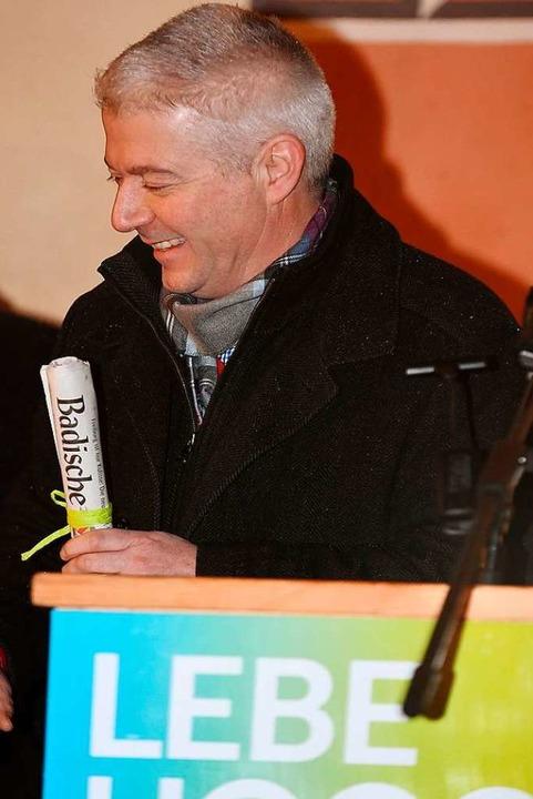 Bürgermeister Manfred Kreutz gibt auch...r Badischen Zeitung in die Zeitkapsel.    Foto: Wolfgang Scheu