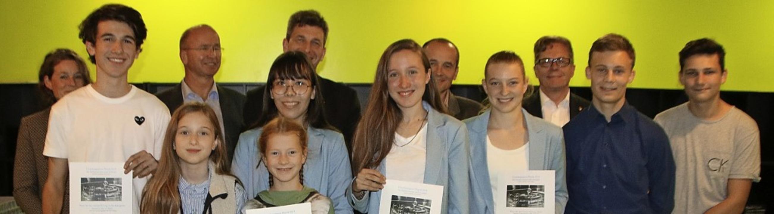 Die Jury und die Preisträger des Rotary-Schülerforschungspreises    Foto: Rotary-Club Lörrach