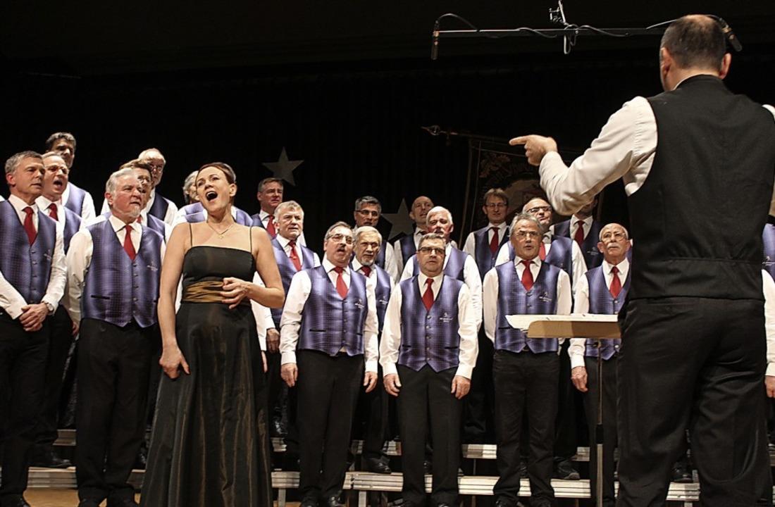 Opernsängerin Petra Labitzke bereicher...ordarbietung des Männergesangvereins.   | Foto: Erich Krieger