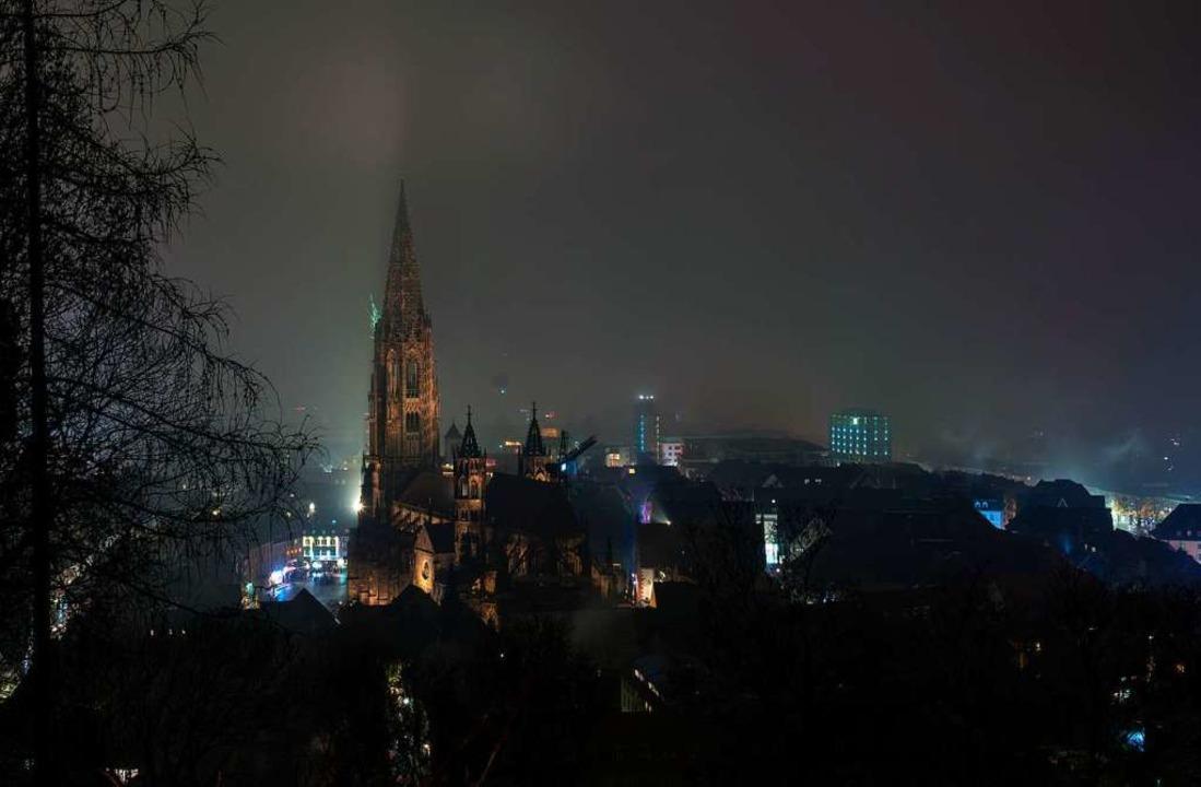 Das Freiburger Münster vor Mitternacht...  | Foto: Marius Koenig