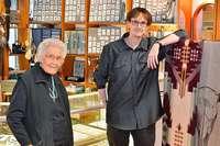 Seit 25 Jahren verkaufen Erika und Jochen Wehrle Indianerschmuck in der Konviktstraße