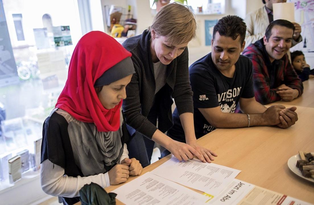 Nach wie vor elementar: die Beratungsl...ehrenamtlicher Helferinnen und Helfer.    Foto: DPA