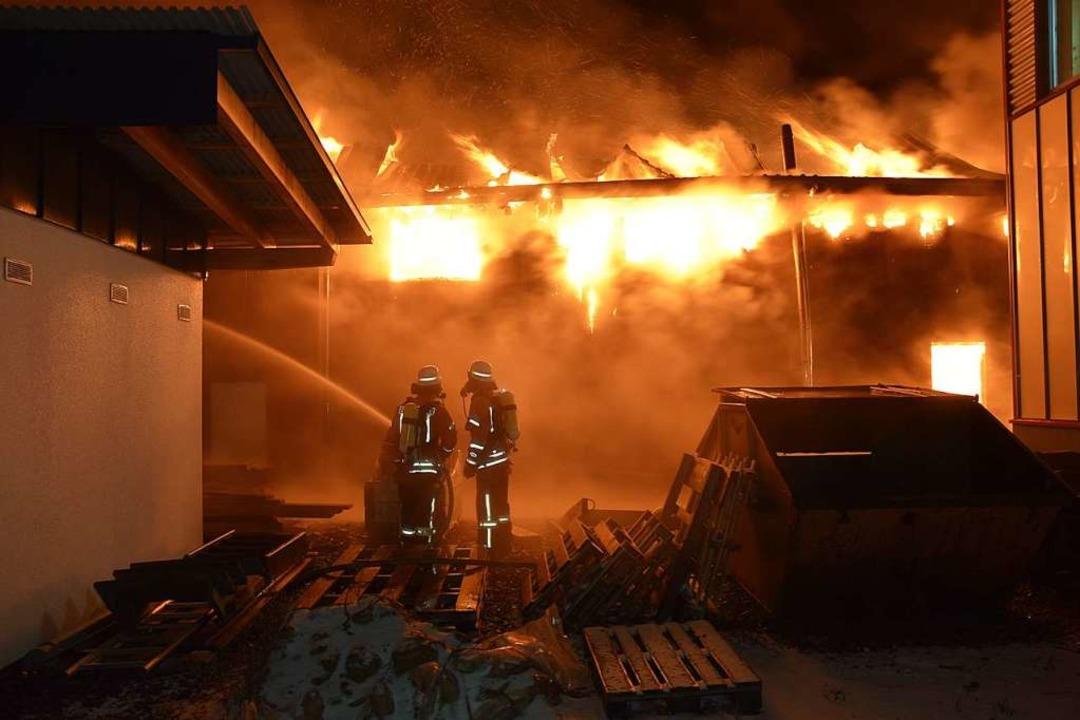 Die Feuerwehr verhinderte, dass der Brand auf angrenzende Gebäude übergreift.   | Foto: Kamera 24
