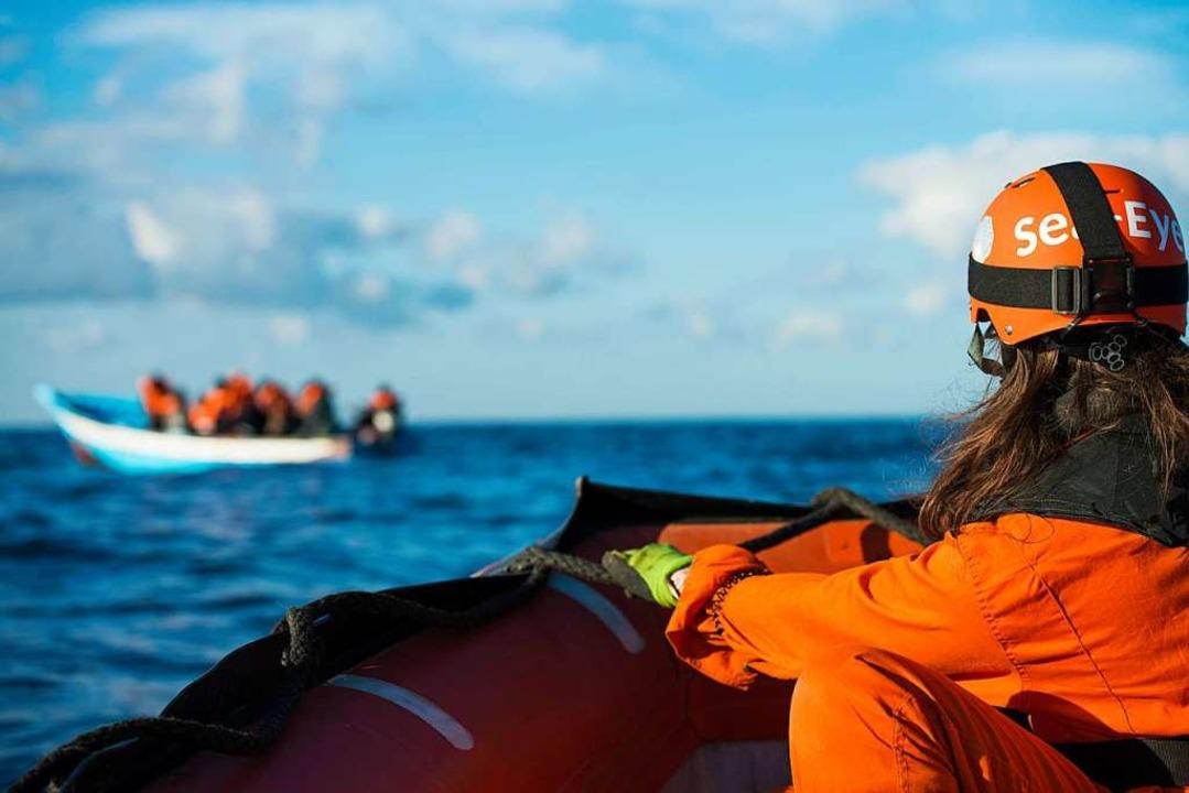 17 Flüchtlinge, 16 Männer und eine Fra...schen Meer aus einem kleinen Holzboot.    Foto: Alexander Draheim