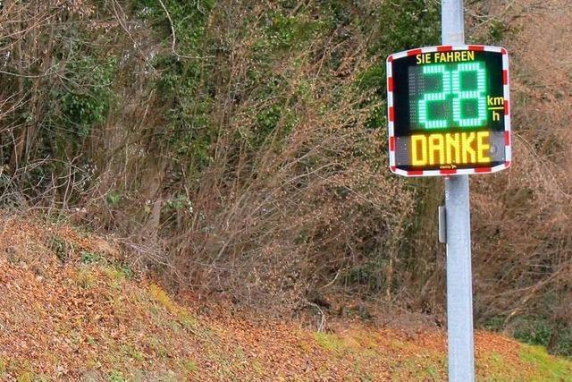 Bad Bellingen hat jetzt Tempomessgeräte – Lastwagenfahrer scheint das nicht zu stören