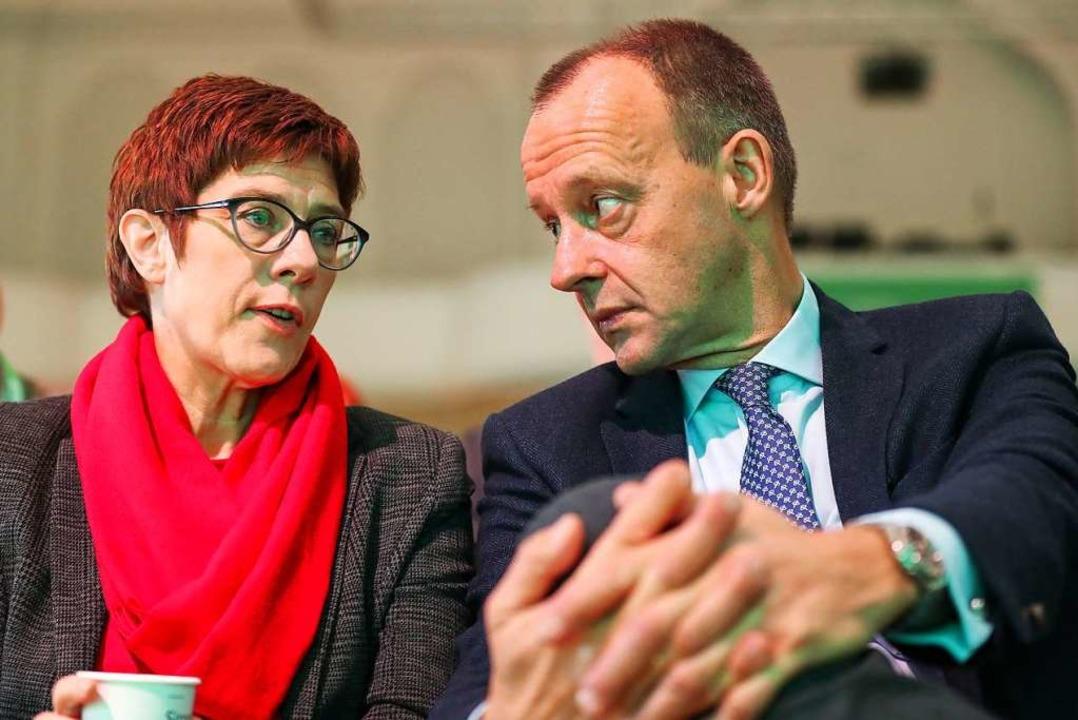 Kramp-Karrenbauer bindet Friedrich Merz mit in die Parteiarbeit ein.  | Foto: dpa