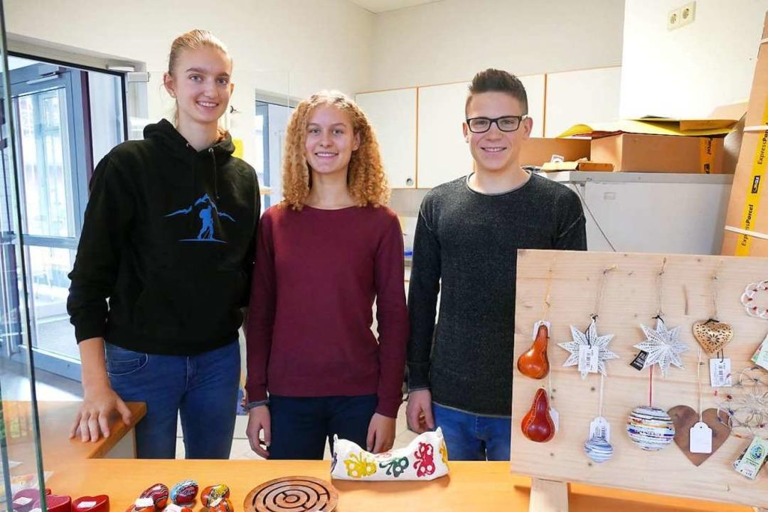 Beim Fairtrade-Pausenverkauf von links...üker, Nadine Schlageter und Niklas Ruf  | Foto: Tamara Keller