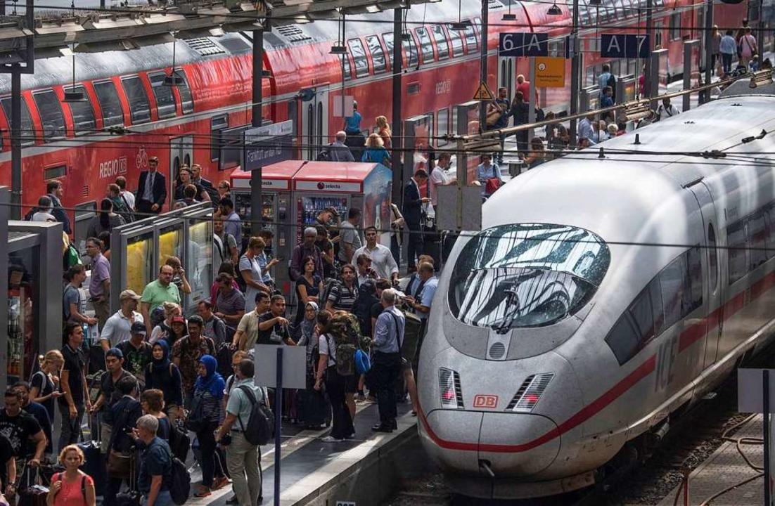 Nicht nur am Frankfurter Hauptbahnhof ...ange auf ihre Fernverbindungen warten.  | Foto: dpa