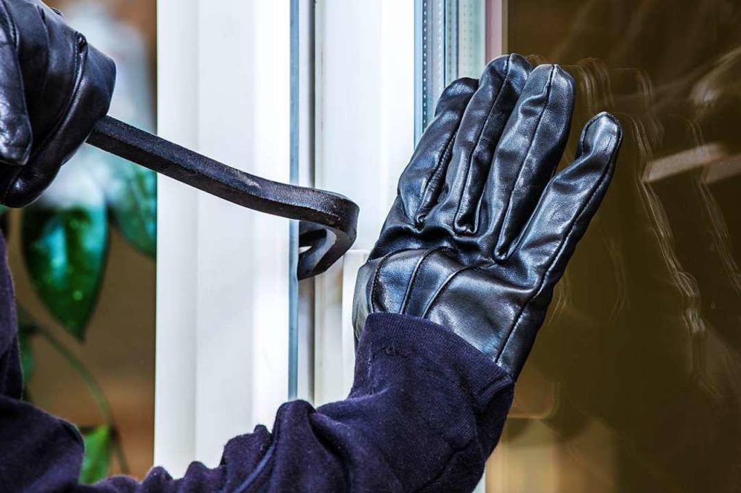 Der oder die Täter versuchten bei eine... ein Fenster aufzuhebeln (Symbolbild).  | Foto: Rainer Fuhrmann (stock.adobe.com)