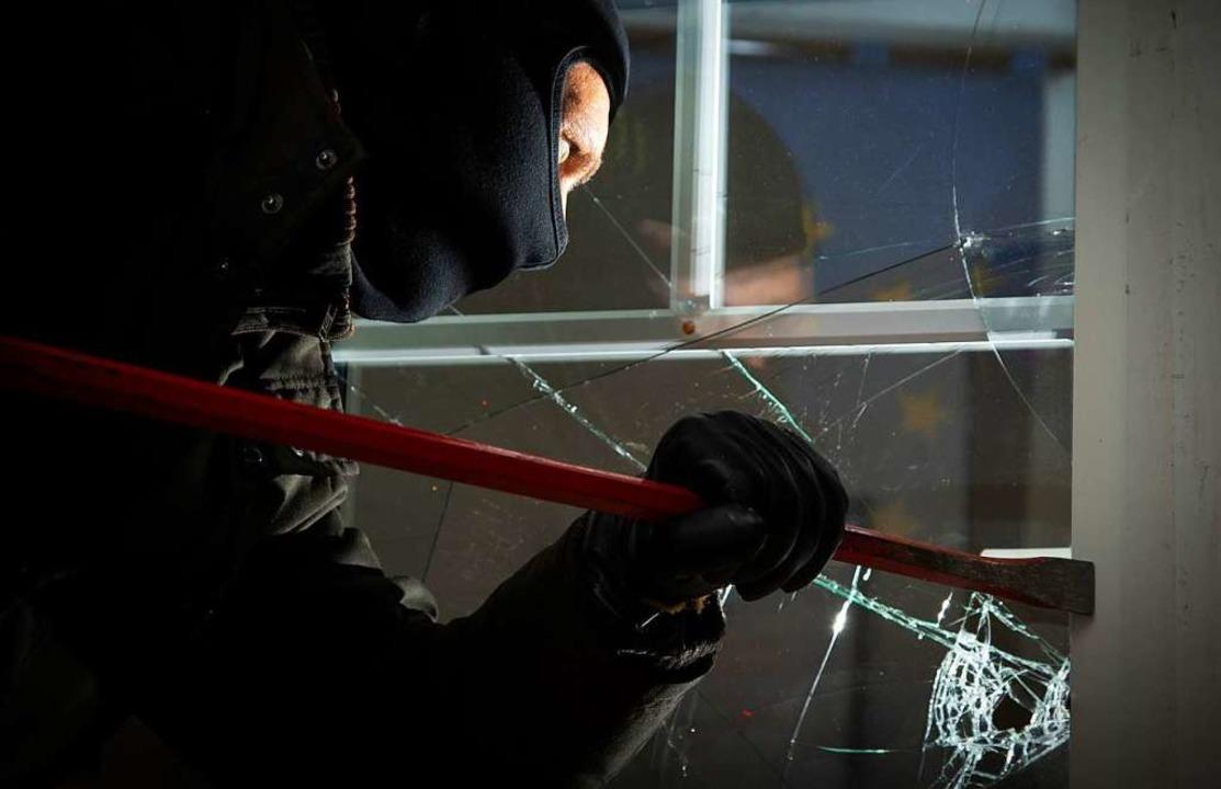 Unbekannte haben bei einem Fachmarkt a...ngs-Glastüre aufgebrochen. Symbolbild.  | Foto: dpa