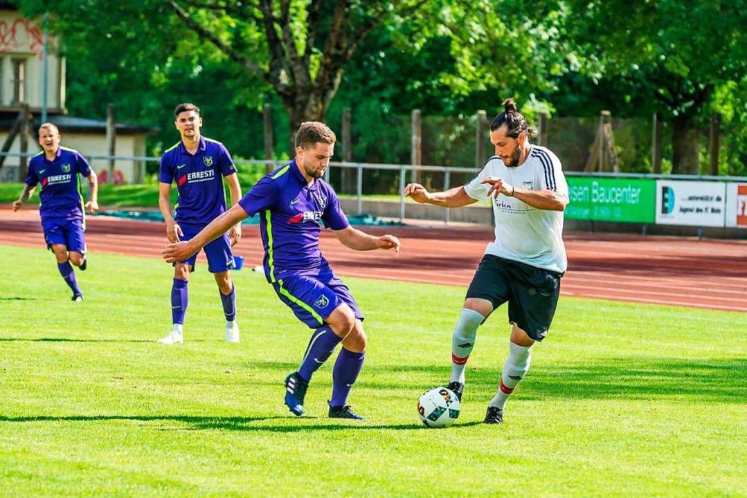 Nach der Winterpause will der FC Wehr ...s Trikot) im Spiel gegen den SV  Buch.    Foto: Thorsten Springmann