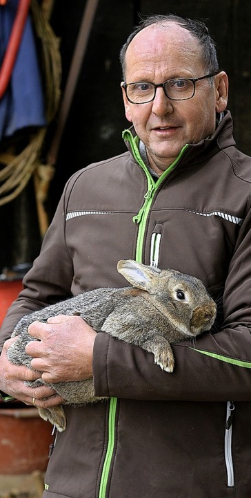 Roland Herr mit einem seiner Tiere, einem Kleinsilber graubraun.  | Foto: Thomas Kunz