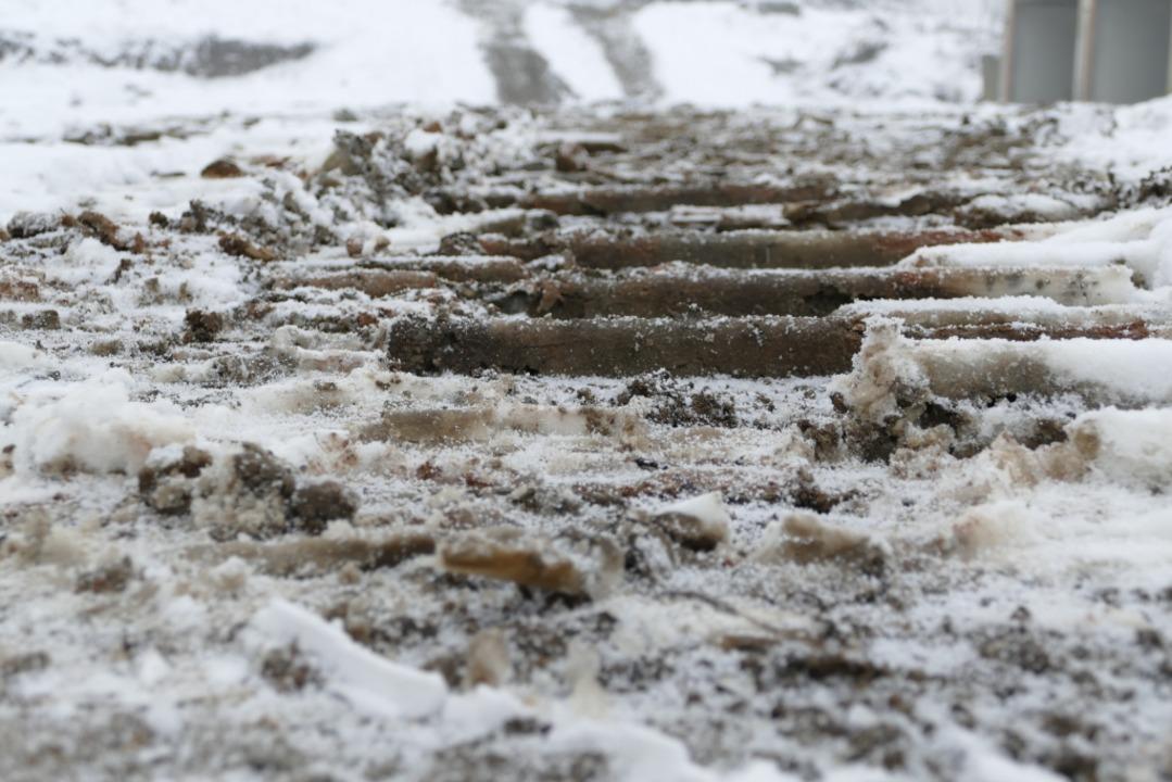 Lkw und Bagger haben ihre Spuren in Matsch und Schnee hinterlassen.  | Foto: Nikola Vogt