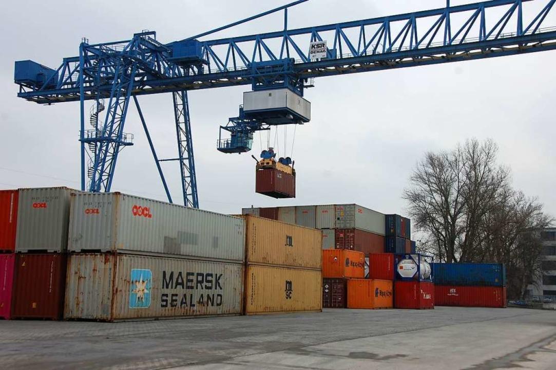 Im Containerterminal des Rheinhafens herrscht wieder reger Betrieb.  | Foto: Herbertm Frey