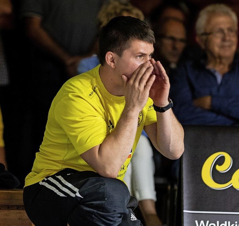 Immer engagiert und fachkundig am Mattenrand: Trainer Florian Hassler.     Foto:  SEEGER