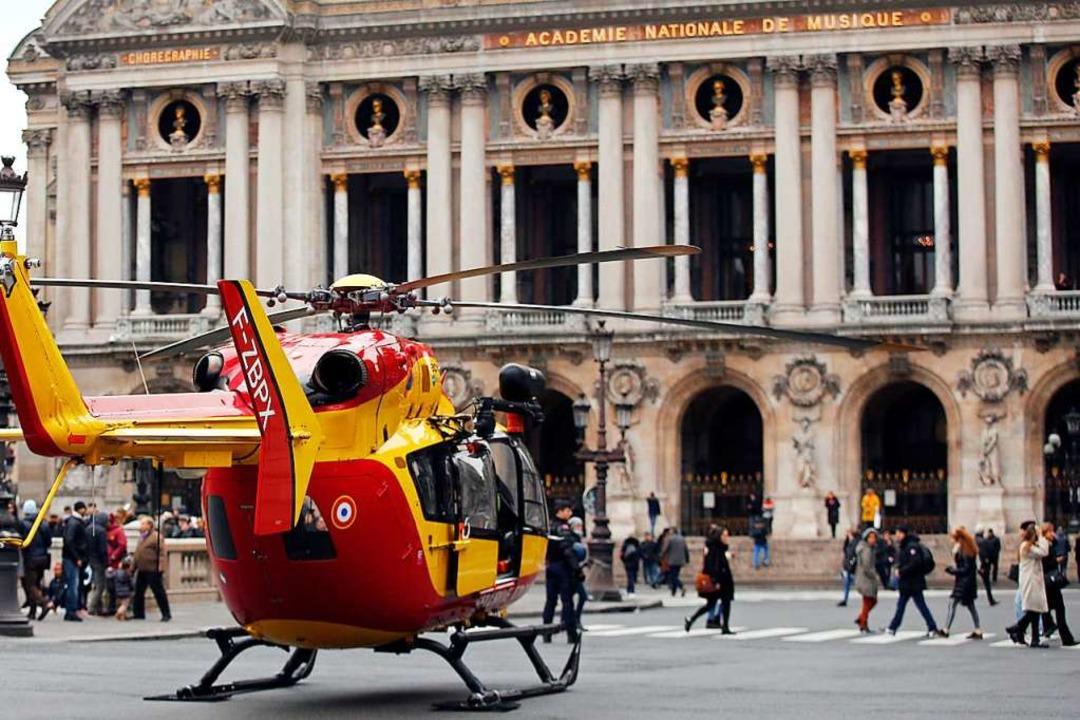Ein Rettungshelikopter steht vor der P...tadt die Verletzten zu transportieren.  | Foto: dpa