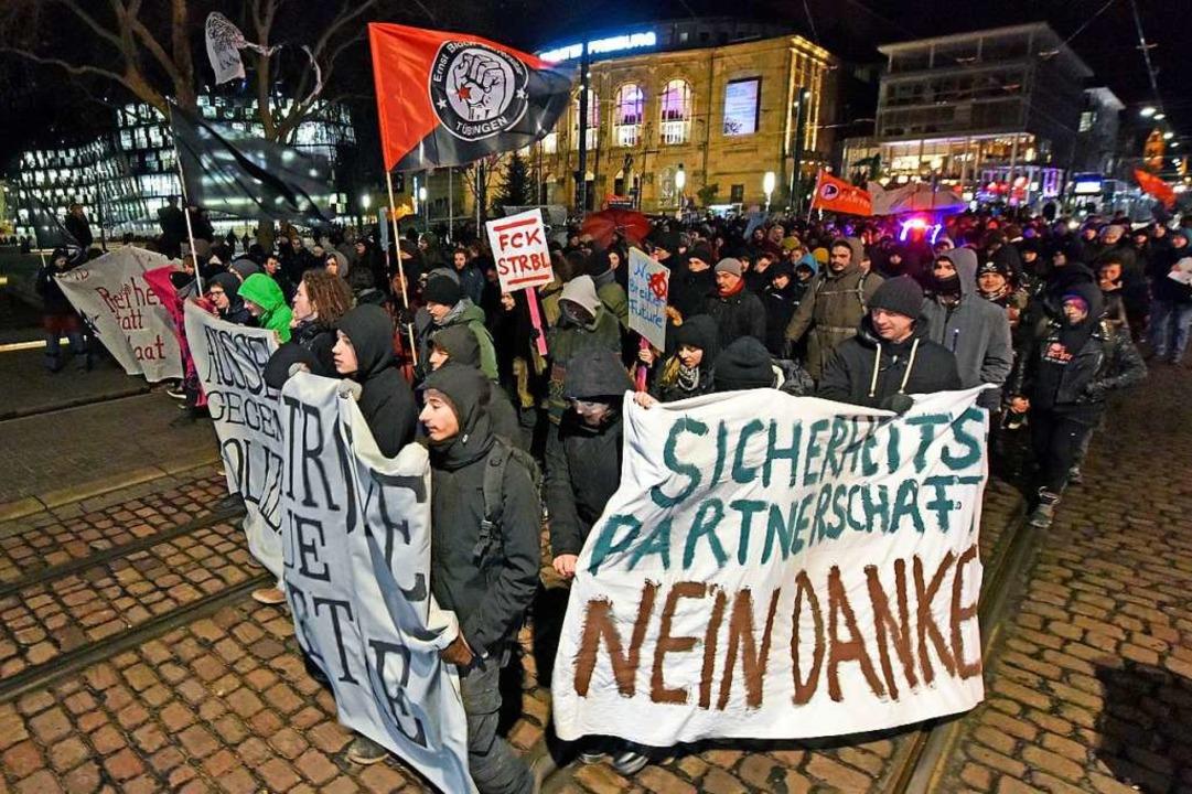 Protest auch gegen die Sicherheitspart...haft zwischen Land und Stadt Freiburg.  | Foto: Michael Bamberger