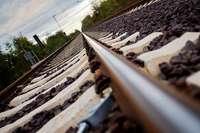 Ladendieb läuft mit 2,8 Promille die Bahngleise entlang, Strecke muss kurzfristig gesperrt werden