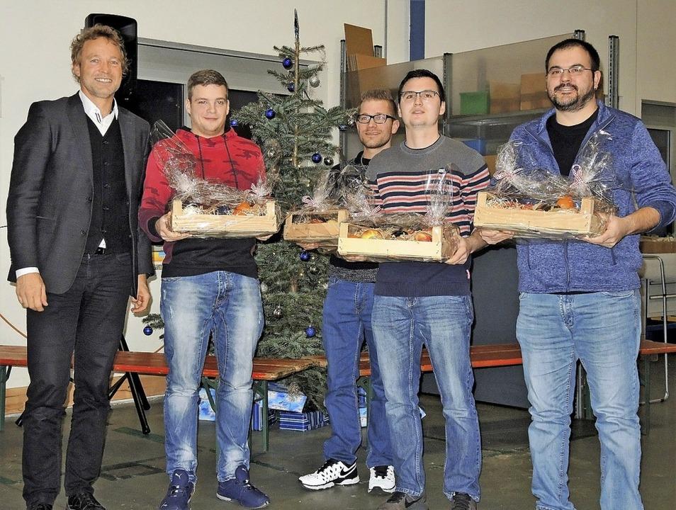 Geschäftsführer Thomas Gießler ehrte d...han Damczyk und Marco Reich (v. li.).   | Foto: zvg