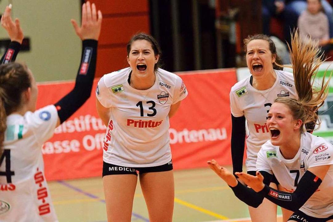 Eine große Herausforderung erfolgreich... Spielerinnen des VC Printus Offenburg  | Foto: Sebastian Koehli
