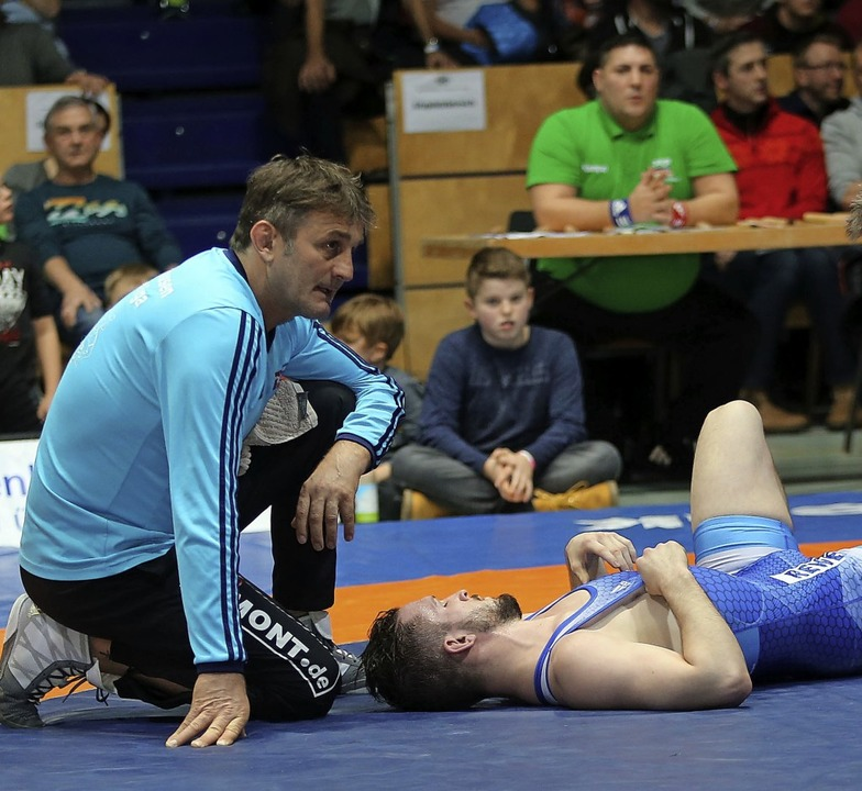 Am Boden: das TuS-Team um Trainer Bern...nd den angeschlagenen Stephan Brugger   | Foto: Buchholz