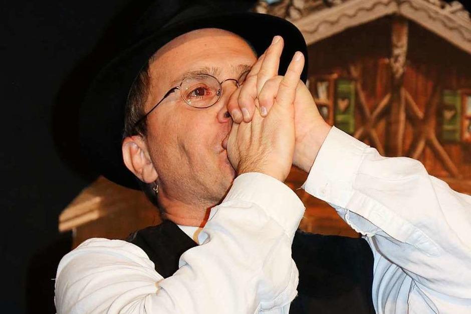 """Juri Lex gibt neben den beiden krachledernen Bayernburschen den feinen Herrn, der Klassik liebt. Beim Hummelflug ersetzt er seine Geige durch seine """"Hand-Orgel"""". (Foto: Martha Weishaar)"""