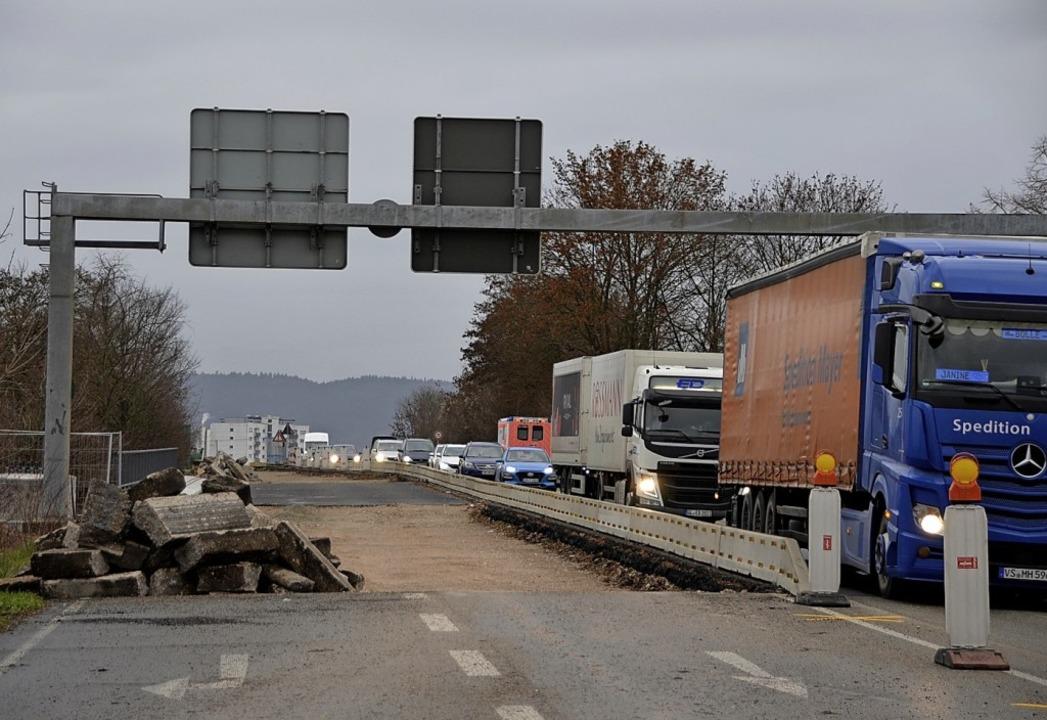 Noch mehrere Monate müssen die Verkehr...inks) und in der Platanenallee leben.   | Foto: hrö
