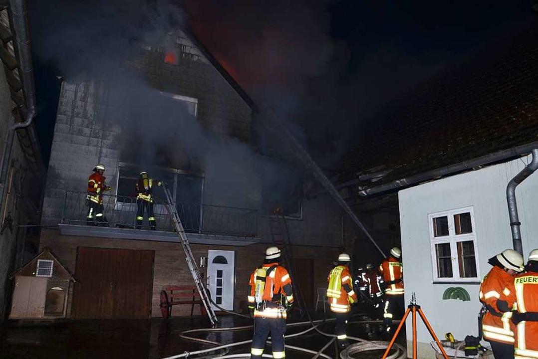 Die Feuerwehren aus Leiselheim, Sasbach und Jechtingen bei der Brandbekämpfung.  | Foto: Roland Vitt