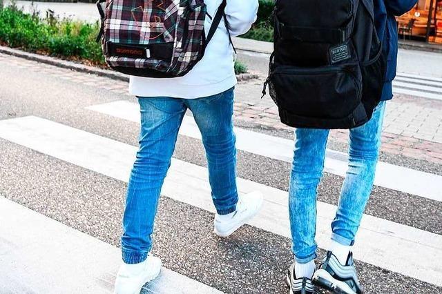Audi-Fahrer fährt Schüler am Zebrastreifen über den Fuß