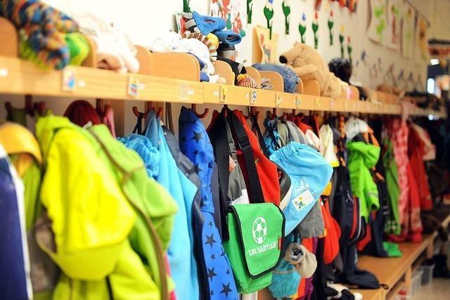 Dreijähriger macht sich ohne Schuhe auf den Weg zum Kindergarten