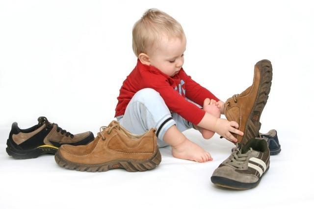 Dreijähriger geht allein los zum Kindergarten - ohne Schuhe
