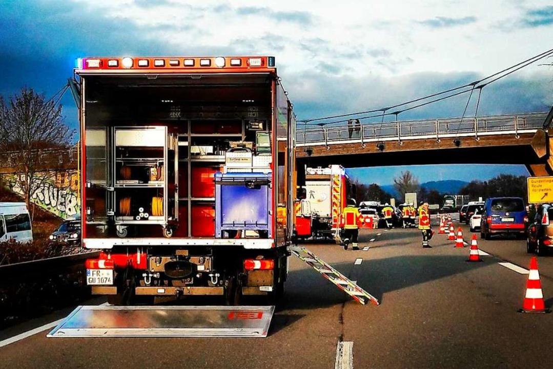 Von der Brücke aus sah die Feuerwehr, ... Fünf Autos waren ineinander gefahren.  | Foto: Feuerwehr