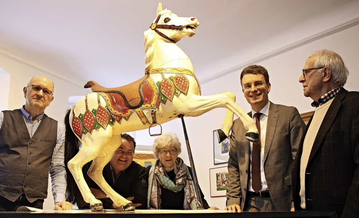 Das hübsche Karussellpferdchen ist nur...sten Erny und Erich Cohnen versammelt.  | Foto: Babette Staiger